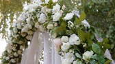 marfim : Wedding arch with natural roses, ivory color