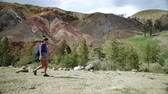 terreno extremo : Young tourist hiker is walking along a red stone mountain