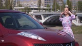 carosserie : The girl saw a new car, very happy and dancing near him. 4K Slow Mo