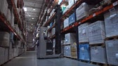 distribuidor : Forklift picks up goods from the shelf. Leaves the frame. 4K Slow Mo Vídeos