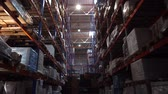 obal : Large logistic warehouse. Very tall racks with boxes. Camera in motion between the rows. 4K Slow Mo Dostupné videozáznamy
