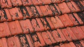 на камеру : Red rooftop baked clay tiles old and weathered panning camera high definition stock footage clip. Стоковые видеозаписи