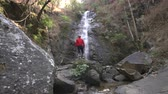 배낭 여행 : traveler travel to waterfall in rainforest