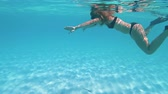 ниже : young woman snorkeling at the bahamas. summer feeling Стоковые видеозаписи