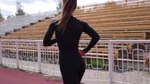 meydan okuma : Slim woman running on racetrack in sunshine Stok Video