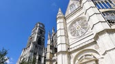 низким углом зрения : In the city of Orleans, there is a cathedral called Holy Cross in frencg. Closed view of the cathedrals towers. We can see a big rose.