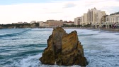 The Big Beach, the largest beach in Biarritz. It is a city on the Bay of Biscay, on the Atlantic coast in the Pyr?n?es-Atlantiques in Southwestern France. Big waves. Filmed in October 2018. Stok Video