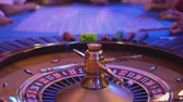 выиграть : Roulette table in a casino - people playing roulette