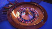 выиграть : Roulette wheel - croupier spins the wheel - ball lands on field 14 red