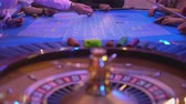 выиграть : Roulette table in a casino - gamblers putting bets
