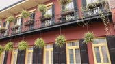 francês : Typical New Orleans mansions with iron balcony