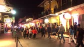 francês : Big party everynight at Bourbon Street French Quarter New Orleans