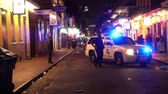francês : New Orleans Police blocking street in the French Quarter at night