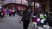 culto : People listening to street musicians at the French Quarter New Orleans Vídeos