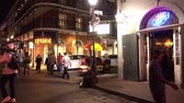 francês : Walking through the French Quarter New Orleans at night