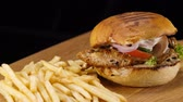 hranolky : Close up of a grilled Chicken Burger with bacon and French Fries Dostupné videozáznamy