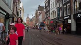 holandia : Main shopping area in the city of Amsterdam - AMSTERDAM - THE NETHERLANDS - JULY 19, 2017 Wideo