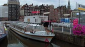 holandia : Sightseeing boats in the canals of Amsterdam - AMSTERDAM - THE NETHERLANDS - JULY 19, 2017