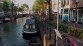 holandia : The beautiful canals in the city center of Amsterdam - AMSTERDAM - THE NETHERLANDS - JULY 19, 2017 Wideo