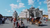 toscana : Horse drawn cab at Miracoli Square in Pisa with Leaning Tower and Cathedral - PISA TUSCANY ITALY - SEPTEMBER 13, 2017
