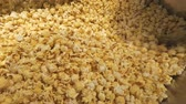 ropogós : Huge amount of fresh made popcorn Stock mozgókép