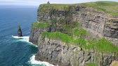 Írország : World famous Cliffs of Moher in Ireland Stock mozgókép