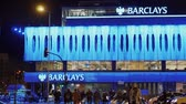 koning : Barclays Bank in Madrid bij Colon Square 's nachts Stockvideo