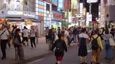 vchod : Tokyo Shibuya at night - a busy and popular district in the city - TOKYO  JAPAN - JUNE 12, 2018
