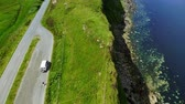 çayır : Flight over the green coastline and cliffs on the Isle of Skye in Scotland