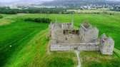 треккинг : Flight over the Ruthven Barracks in Kingussie Scotland - Cairngorms National Park Стоковые видеозаписи