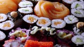 авокадо : Varietey of Asian Sushi on a plate