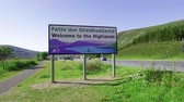 nagy britannia : Welcome to the Highlands sign in Scotland Stock mozgókép