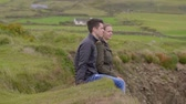 montanha rochosa : Two friends on a vacation at the west coast of Ireland Stock Footage