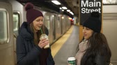 puente de manhattan : Two women on a New York subway station waiting for their train