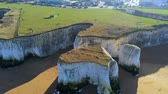 amplo : Flight over Botany Bay with its white cliffs in Kent Vídeos