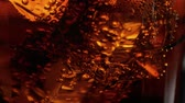 foco seletivo : Slow motion macro shot of ice cubes in a glass of Cola