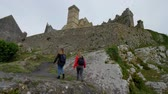 abadia : Two girls on their journey in Ireland visit the famous Rock of Cashel