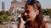 dziewczyna : Young French woman gets a phone call in Paris