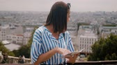visita : Young woman in Paris checks destinations on the map