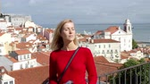 lisszabon : Beautiful woman in Lisbon Alfama on a sunny day Stock mozgókép