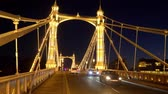 engels : Street traffic on Albert Bridge London - LONDON, ENGLAND - DECEMBER 10, 2019
