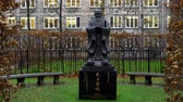 engels : Confucius statue at Kings college in London - LONDON, ENGLAND - DECEMBER 11, 2019 Stockvideo