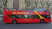 britse vlag : Sightseeing bus in the historic city of Bath - BATH, ENGLAND - DECEMBER 30, 2019 Stockvideo
