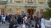 fürdő : Queue outside the Roman Baths in Bath England - BATH, ENGLAND - DECEMBER 30, 2019 Stock mozgókép