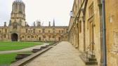 muren : Christ Church Cathedral and Oxford University in Oxford England - OXFORD, ENGLAND - JANUARY 3, 2020
