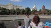 parede : MOSCOW - AUGUST 17, 2018: Tourists taking pictures in front of Kremlin walls, towers and beautiful white churches during boat trip in Moscow, Russia