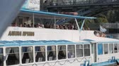 paluba : MOSCOW - AUGUST 17, 2018: Summer navigation in Moscow, Russia. Many tourists take boat trips along Moskva river embankment to see its beautiful sights and landmarks from water.