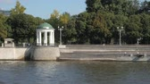 пейзаж : Beautiful white rotunda and lush green trees on Moskva river embankment near Gorky park Стоковые видеозаписи