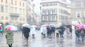 şehir merkezinde : Rainy weather in Florence. Tourists walk the streets of the city in rainy weather
