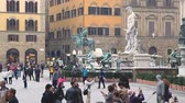 mais : Florence, Italy - November 2017: many tourists visiting attractions in the square at the Palazzo Vecchio in Florence